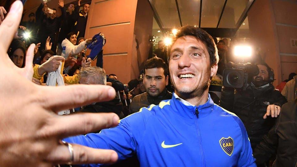 Guillermos Barros Schelotto salió a saludar a los hinchas a la puerta del hotel. Foto: AFP