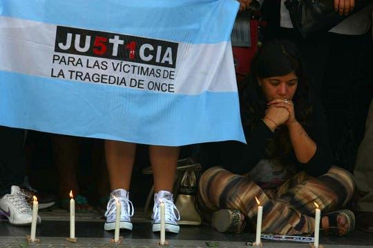 Escenas de profundo dolor en el homenaje a las víctimas de la tragedia de Once. Foto: LA NACION / Ricardo Pristupluk