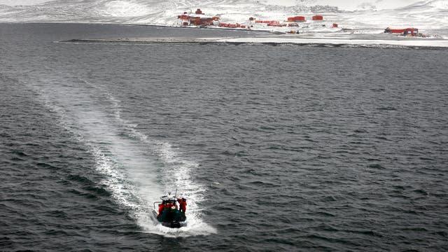 Final de campaña. Lancha que transporta científicos y militares desde la base Carlini hacia el buque Canal de Beagle. Foto: LA NACION / Fernando Gutierrez