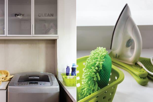 Sobre el lavarropas, la alacena donde se guardan los productos tiene puertas de vidrio translúcido con inscripciones orientativas..  /Santiago Ciuffo
