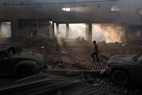 Un estadio de fútbol totalmente destruido luego de los ataques. Foto: Reuters