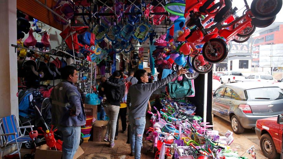 Las veredas repletas de mercadería en Encarnación. Foto: LA NACION / Emiliano Lasalvia /Enviado especial