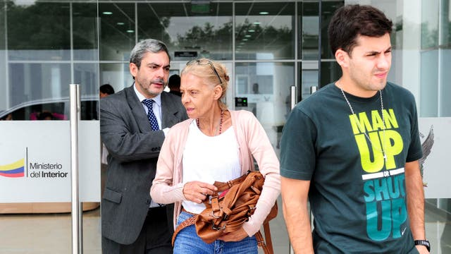Gladys Steffani, madre de María José Coni, se retira junto a su hijo Felipe y el consúl argentino Alberto Balboa de la morgue judicial
