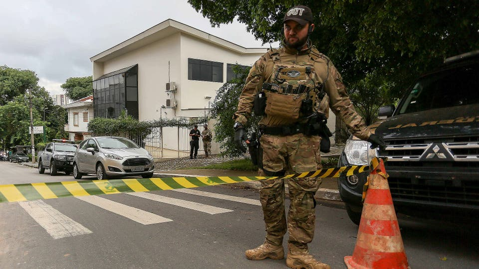 La policía hace guardia en el Instituto Lula. Foto: EFE