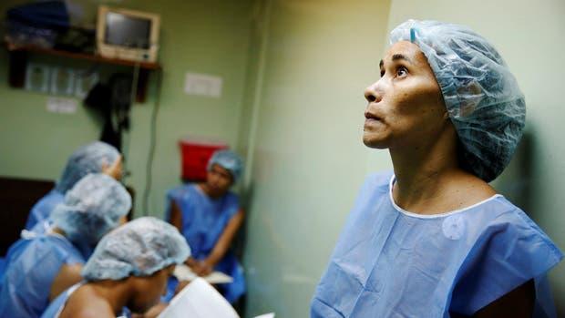Caracas: un grupo de cinco mujeres espera ingresar en un quirófano para que los especialistas las sometan a una cirugía de esterilización