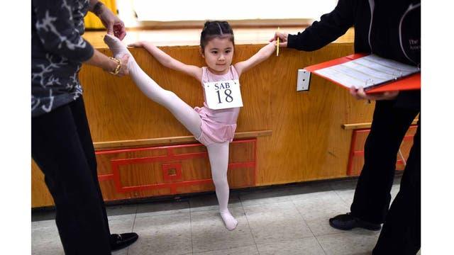 Himika Tamamoto, de 7 años, hace estiramientos antes de las audiciones del semestre de invierno de la Escuela Nacional de Ballet