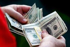 El dólar blue retrocede hoy dos centavos