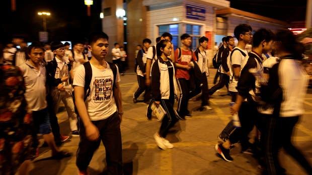 Estudiantes ingresando a los establecimientos donde rendirán el Gaokao