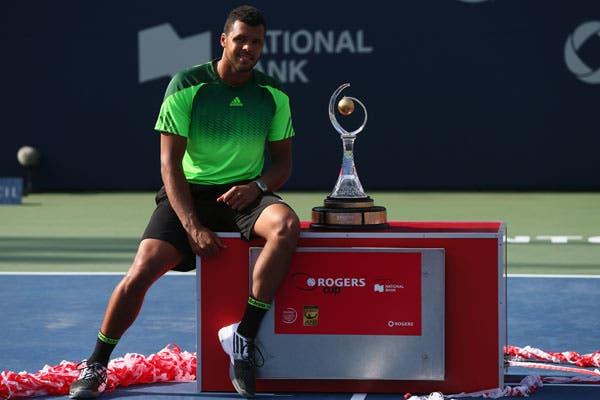 Tsonga posa con su trofeo en Toronto