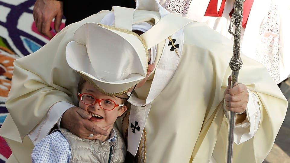 Francisco saluda a un niño en su camino a la Basílica de Guadalupe. Foto: AP