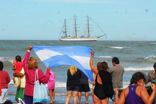 El buque escuela entró a la instalación portuaria a la hora señalada. Foto: DyN
