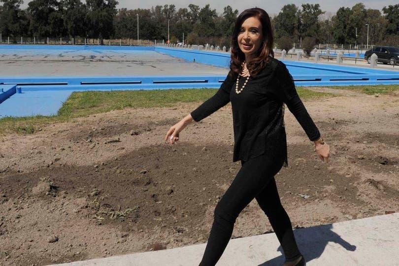 Cristina Kirchner se presentó en un acto en calzas y las acompañó con un collar de perlas. Foto: Presidencia de la Nación