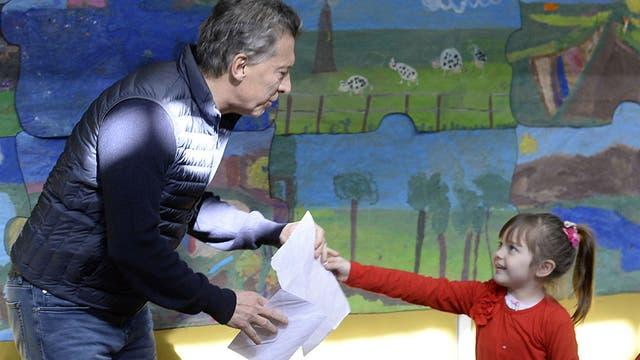 Un niña le regaló un dibujo a Macri cuando fue a votar