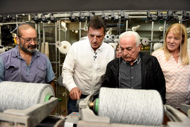 Massa junto a Stolbizer en una fábrica