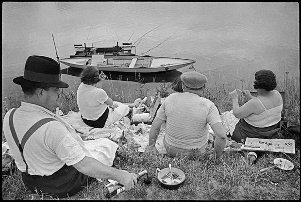Domingo a la orilla del río Sena, Francia (1938)