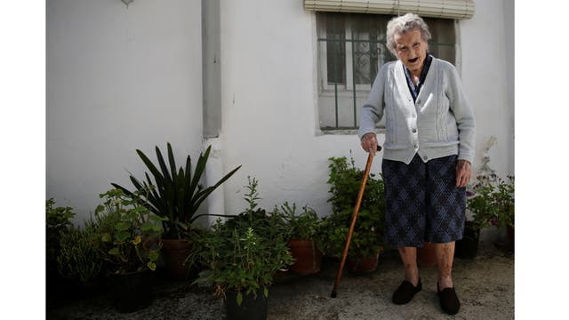 María Josefa Guillén, de 103 años, en su casa en Cazalla de la Sierra, Sevilla, al sur de España. Guillén vive con su hijo discapacitado. Comenzó a trabajar como costurera de 12 años y se ríe cuando recuerda que el primer artículo que tenía que coser era un vestido de baile. Guillén ama el gazpacho