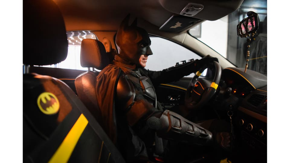 Batman arrancando su batimovil para poner rumbo al hospital