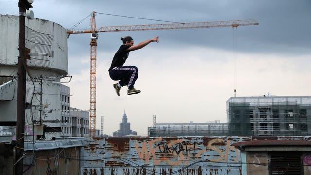 Vad Him del equipo Rudex mientras salta en en una terraza en Moscú.