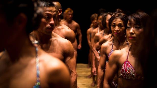 Competidores se alinean entre bastidores para subir al escenario durante los campeonatos de culturismo de Japón, en Tokio