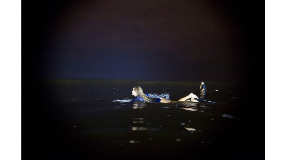 Marie Schoene se meta al agua en busca de una buena ola. Foto: AP / Rodrigo Abd