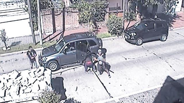 La banda, en pleno, frente a la casa de la víctima, en Acasusso