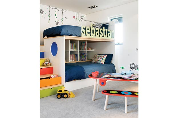 En su cuarto, Sebastián (4) tiene unas cuchetas geniales. Mientras que la de abajo tiene como fondo una biblioteca, a la de arriba se sube por unos muy coloridos cajones que también sirven como espacio de guardado..