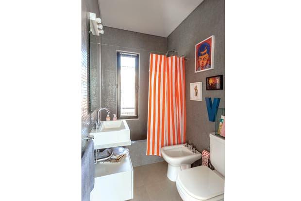 """""""Al usar éste como toilette, nos dimos el gusto de jugar un poco con una cortina a rayas blancas y naranja flúo y un par de cuadritos""""..  /Daniel Karp"""