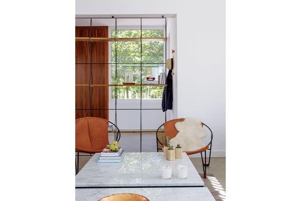 """""""Cuando el arquitecto nos propuso este espacio, temí perder intimidad; pero si están bien trabajadas las orientaciones, eso no sucede. De hecho, nos gusta tanto que no pusimos cortinas""""Sabrina Aides, dueña de casa y parte del estudio de diseño y decoración Lodd.  Foto:Living /Daniel Karp"""