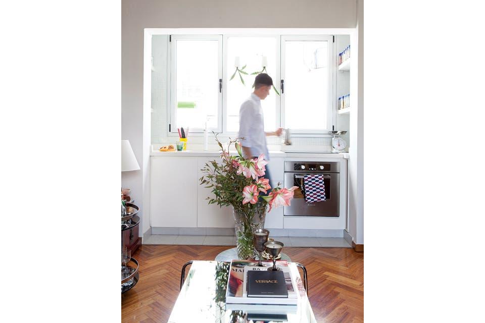 De líneas muy simples, la cocina tiene mesada de Silestone color hueso y muebles en riguroso blanco.  Foto:Living /Javier Picerno