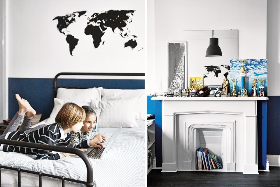 La habitación de Louis, en blanco y azul, tiene un vinilo decorativo y poco más: una cama de hierro (Restoration Hardware) y un artefacto colgante 'Hektar' (Ikea). En la chimenea, un espejo y su colección de trofeos de fútbol y béisbol.  /Foto: Gentileza Birgitta Wolfgang. Producción Matías Errázuriz