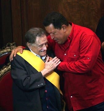 """Mario Benedetti recibió de manos de Hugo Chávez la """"Condecoración Francisco de Miranda"""" en mayo de 2009. Foto: Archivo"""