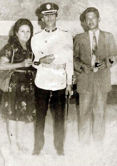 Junto a sus padres el día de la graduación de la academia militar en Caracas. Foto: AP