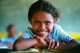 Risas en la clase. Una chica de escuela primaria en Honiara, islas Salomón
