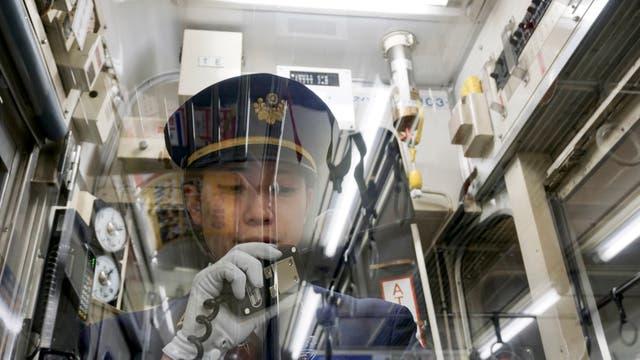 """De uniforme: la """"voz"""" de un tren de provincias, siempre ataviada con guante blanco"""