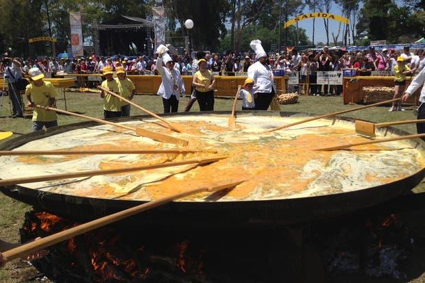 La elaboración del omelette en la sartén gigante