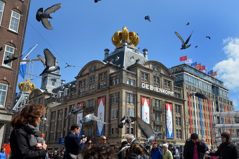 A pocas horas de la entronización del príncipe y su esposa argentina, las calles de Holanda se llenan de souvenirs en homenaje a los nuevos reyes. Foto: LA NACION / Adrián Quiroga / Enviado especial