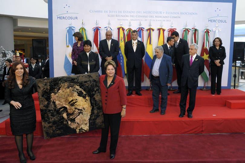 Cristina Kirchner y Dilma Rousseff posan junto a un cuadro con la cara del ex presidente de Brasil Lula Da Silva, luego de la foto familiar con los demás presidentes que participaron de la reunión del Mercosur