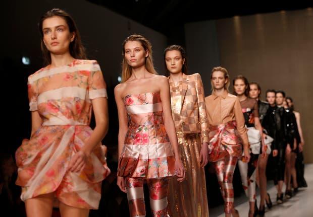 Más Blumarine con un mix de estampas y colores que sorprende en el Milan Fashion Week. Foto: Archivo
