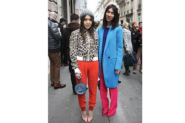 Color block en un look Taylor (con vincha de flores incluída) y otro deportivo chic. Foto: Agustina Garay Schang (desde París)