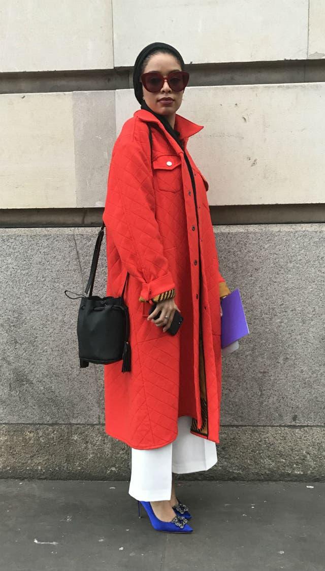 Vertiginosos, en satén y con pedrería, los stilettos ganan terreno en el street style