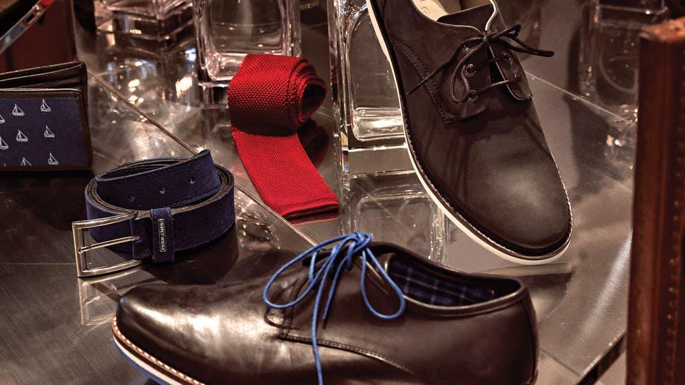 1. Billetera estampada ($ 490, Timberland ) 2. Cinturón azul ($ 634, Perramus) 3. Corbata tejida ($ 1396, Giesso) 4. Zapatos París ($ 2990, Prototype) 5. Zapato ($ 3199, Lacoste). Foto: Martín Lucesole