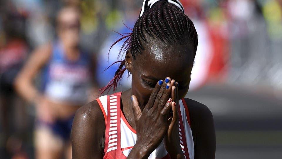 Rose Chelimo, de Bahréin, celebra su victoria en la maratón femenina de los Mundiales de Atletismo en Londres. Foto: Reuters