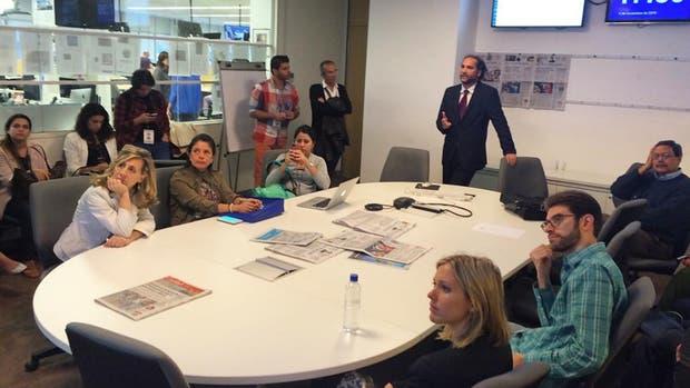 Carlos Guyot, Secretario General de Redacción de LA NACION, con el grupo de speakers internacionales que participaron del seminario