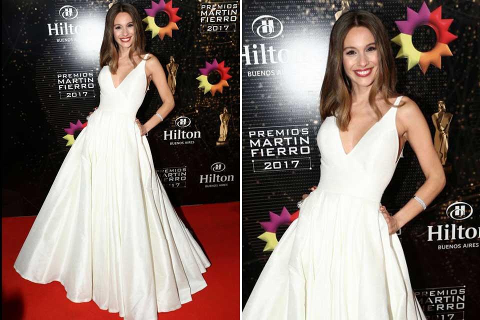 Carolina Ardohain apostó por un vestido estilo años 50 en color blanco hecho por Javier Saiach.