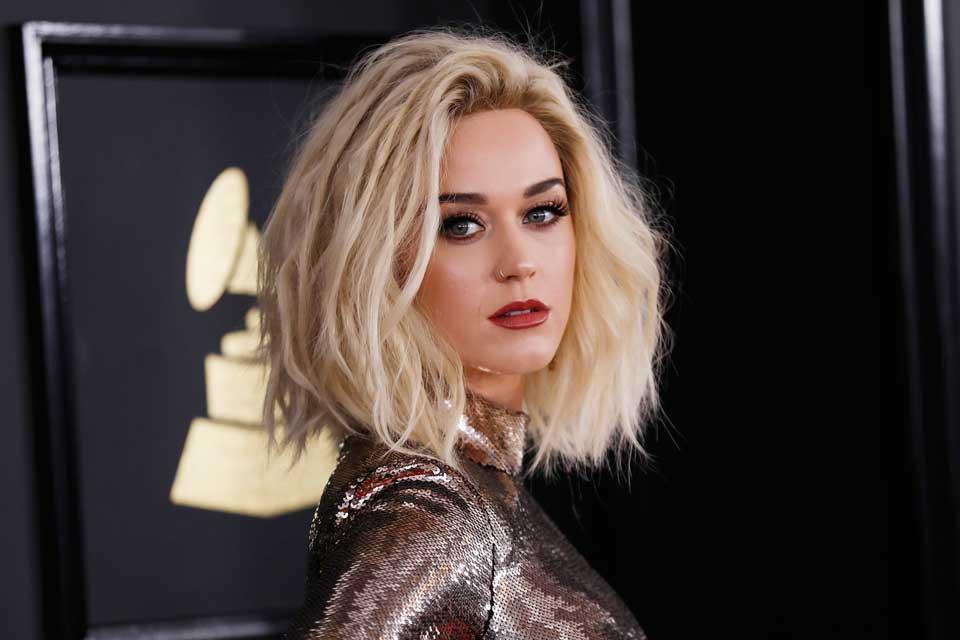 Katy, en su más reciente aparición en los premios Grammys, lució su cabello con un largo midi y ¡rubio! muy pocas veces se la vió con una melena clara. Foto: OHLALÁ! /Latinstock