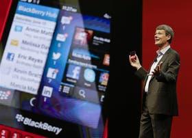 Heins, CEO de BlackBerry, muestra los últimos teléfonos inteligentes de la compañía en Orlando, Estados Unidos