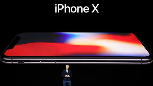 Tim Cook junto al iPhone X