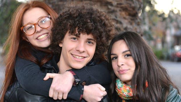 Agustina Cabo, Lucas García y Eugenia Aguilar componen a Mía, Tobi y Lara, los hijos del matrimonio compuesto por Adrián Suar y Julieta Díaz