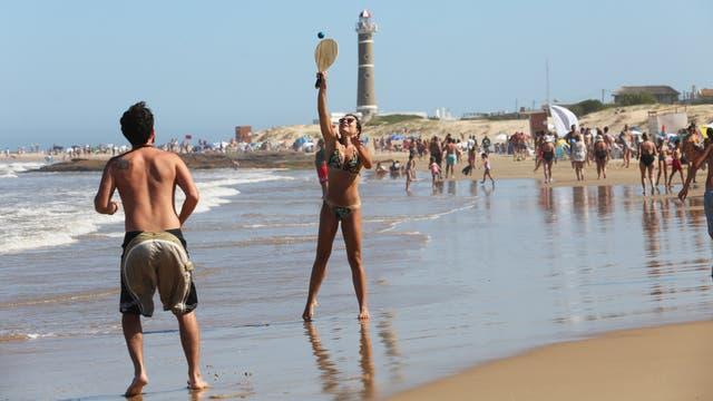 Los brasileños Ceila y Matías juegan a la paleta en José Ignacio
