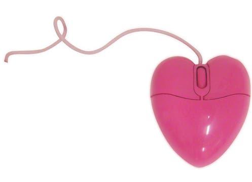 Ideal para novias virtuales, Muaa tiene mouses para la compu en forma de corazón a $65. Foto: lanacion.com